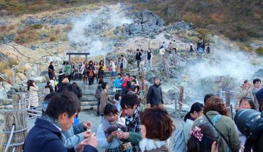 Ngâm mình trong suối nước nóng Owakudani